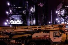 上油与大气污染和工业汽车的工厂厂房 库存照片