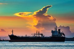 上油再漂浮在石油化学工业口岸的集装箱船 库存图片