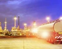 上油在重的石油化学工业庄园的容器卡车 库存照片
