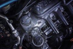 上油引擎汽车盖帽引擎修理和服务的 免版税库存照片