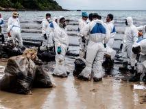 上油溢出的海滩清洁工作, Rayong,泰国 免版税库存图片
