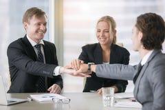 给上流五的一个小组微笑的商业领袖 库存图片