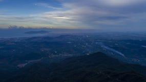 从上流的山 库存照片