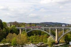 上流被成拱形的钢桥梁在伯尔尼 免版税库存图片