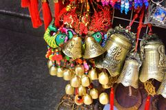 上海、中国- 2017年5月7日-装饰硬币和响铃纪念品从中国在市场上在Yu附近从事园艺,上海 库存照片