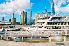 上海与东方珍珠塔和黄浦江的市视图在中国 库存照片