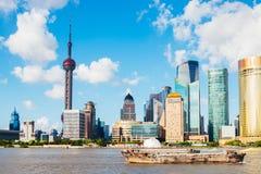 上海与东方珍珠塔和黄浦江的市视图在中国 免版税图库摄影
