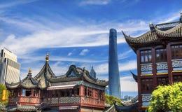 上海中国老和新的上海塔和豫园 免版税图库摄影