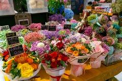 上海中国, 2017年10月:五颜六色在花店的花花束与中国价牌 库存照片