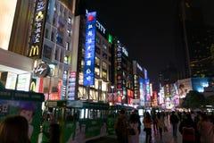 上海中国, 2017年11月:购物街道,南京路夜场面  免版税库存图片