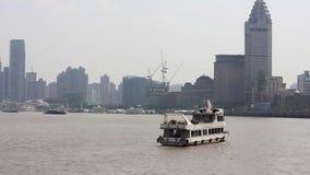 上海中国9月10日2013年,小船在上海,中国横渡黄浦江 从障壁的看法 股票视频