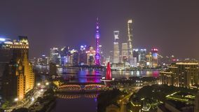 上海地平线在晚上 都市陆家嘴区、黄浦江和Waibaidu桥梁 ?? 空中亢奋流逝,时间 影视素材