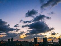 上海地平线有五颜六色的天空日落和云彩的城市全景在上海 免版税库存图片