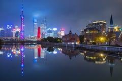 上海市地平线在与老和新村的晚上 免版税库存图片