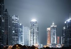 上海现代大厦在晚上 免版税库存照片