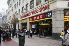上海第一位食品店和McDonalds 图库摄影