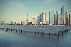 上海障壁在生态能量太阳电池板的地平线地标 免版税库存照片