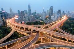 上海高速公路和公路交叉点在晚上 免版税库存照片