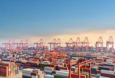 上海黄昏的集装箱码头 库存照片