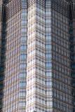 上海,中国- 2018年1月15日:一个现代摩天大楼的门面的细节由玻璃和钢特写镜头制成 库存图片