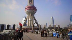 上海,中国- 2018年1月15日:东方明珠广播电视塔,上海市地标  从步行桥的看法 股票录像