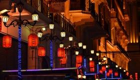 上海,中国- 2017年5月07日:在南京路大厦的五颜六色的灯在晚上 库存照片