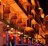 上海,中国- 2017年5月07日:在南京路大厦的五颜六色的灯在晚上 库存图片