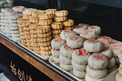 上海,中国- 2017年11月5日:繁体中文小圆面包,曲奇饼 传统食物在张Chau,香港 砰 库存图片