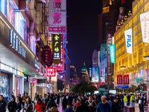 上海,中国- 2019年3月12日-夜/Evening观点的沿拥挤步行街道的顾客在南京东路 库存图片