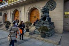 上海,中国- 2017年1月29日, :坐大厦外门的金属庄严和印象深刻的狮子雕象  免版税库存照片