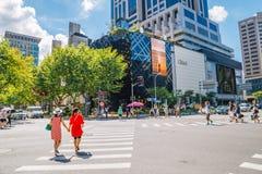上海,中国- 2016年8月8日:豪华购物街道和交叉点在夏天 图库摄影