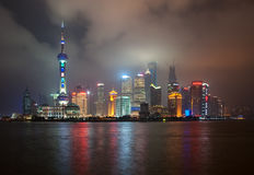 上海,中国- 2012年 11 25 :上海著名摩天大楼的经典看法  上海是一个主要事务和tou 免版税库存图片