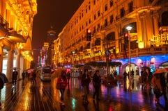 上海,中国- 2012年 11 25 :步行街道在障壁江边附近的街市上海 许多步行者和购物cente 免版税库存照片