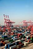 上海洋山深水口岸经济FTA集装箱码头起重机举的塔 库存图片