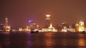 上海- 2018年3月19日:浦东堤防看法在晚上,在黄浦江明亮地照亮了游船风帆, 股票录像