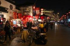 上海- 1月01 :充分夜街道人在老唐人街 免版税图库摄影