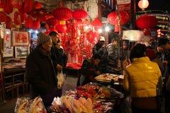 上海- 1月01 :充分夜街道人在老唐人街 免版税库存图片