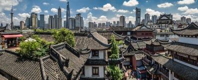 上海yuyuan庭院和浦东地平线 免版税库存照片