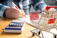 上涨的食物和杂货店价格 免版税库存照片