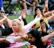 上瑜伽课的妇女外面 免版税图库摄影