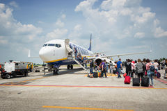 上瑞安航空公司喷气机飞机的乘客在El Prat机场 免版税库存照片
