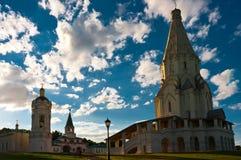 上生的美丽的教会在夏天晴天 免版税库存图片