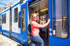 上电车的年轻当地荷兰妇女在阿姆斯特丹荷兰 库存图片