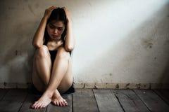 上瘾的女孩在肮脏的屋子需要药物里 图库摄影