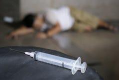 上瘾者药物楼层注射器 免版税库存图片
