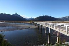 登上白色桥梁, Waimakariri河,新西兰 库存图片