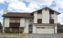 上的被烧的房子 免版税库存照片