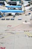 上的飞机装载或 免版税库存照片