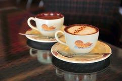 上等咖啡和在藤条表的latte咖啡 库存照片