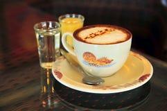 上等咖啡用变甜的浓缩牛奶和糖浆 免版税库存照片